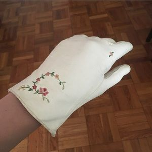 Vintage White Leather Gloves w Embroidered Flowers